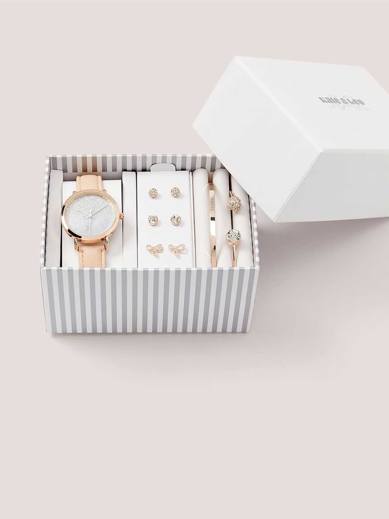 bo te cadeau avec bracelets boucles d 39 oreilles et montre penningtons. Black Bedroom Furniture Sets. Home Design Ideas